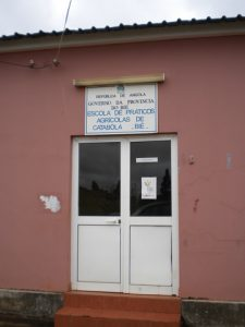 vchod-do-budovy-stredni-zemedelske-skoly-v-catabola