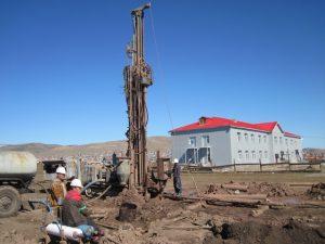 realizace-noveho-vrtu-zajistujiciho-pitnou-vodu-pro-mistni-skolu-v-erdenetu
