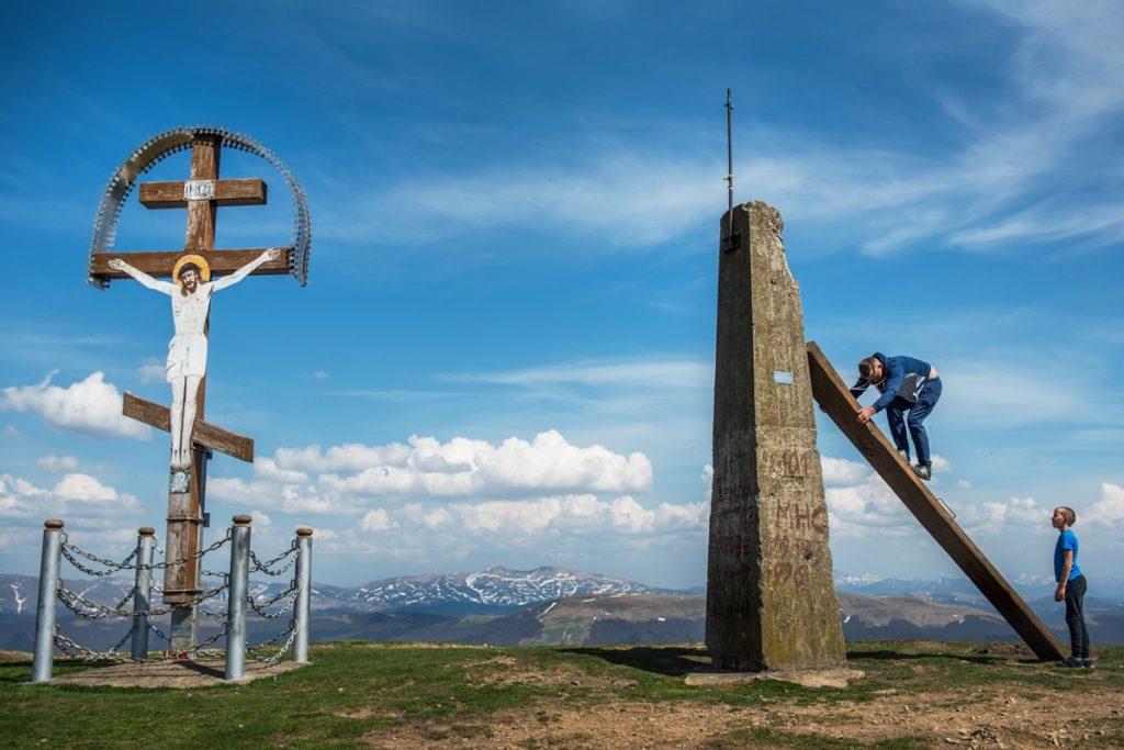 Děti lezou na betonovou mohylu na jednom z vrcholů Polonin, Zakarpatí