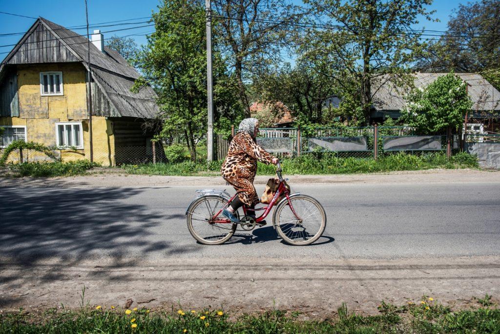 Kolo je nejčastější dopravní prostředek na Zakarpatí. Jezdí se v každém věku.