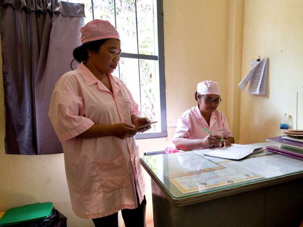 Porodní asistentky registrují budoucí matky do systému mHealth